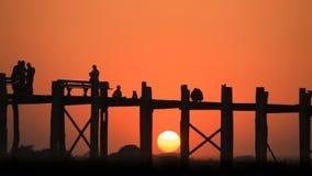 Ηλιοβασίλεμα στη γέφυρα του U Bein, Mandalay, το Μιανμάρ απόθεμα βίντεο
