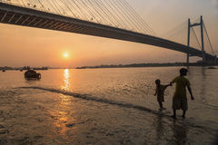 Ηλιοβασίλεμα στη γέφυρα Vidyasagar Setu στον ποταμό Hooghly Στοκ Φωτογραφίες
