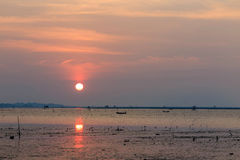 Ηλιοβασίλεμα στη θάλασσα με τον πορτοκαλή, κίτρινο, κόκκινο και ρόδινο ουρανό Στοκ Εικόνες