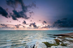 Ηλιοβασίλεμα στη θάλασσα στο κεφάλι Seaford, Σάσσεξ, Αγγλία Στοκ Εικόνες
