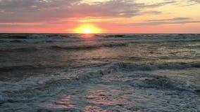 Ηλιοβασίλεμα στη θυελλώδη θάλασσα απόθεμα βίντεο