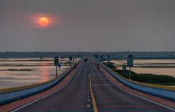 Ηλιοβασίλεμα στη μακρύτερη οδική γέφυρα στην Ταϊλάνδη Στοκ Φωτογραφία