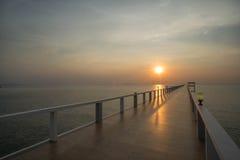 Ηλιοβασίλεμα στη σκιαγραφία παραλιών και γεφυρών Στοκ Φωτογραφία