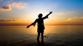 Ηλιοβασίλεμα στη σκιαγραφία παραλιών και γυναικών στοκ εικόνα με δικαίωμα ελεύθερης χρήσης