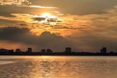 Ηλιοβασίλεμα στη δυτική λίμνη Στοκ Εικόνες