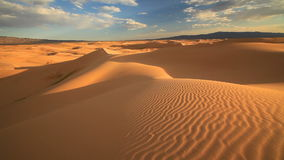 Ηλιοβασίλεμα στη Gobi έρημο Μογγολία φιλμ μικρού μήκους