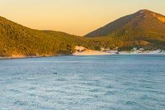 Ηλιοβασίλεμα στις κρυστάλλινες παραλίες Pontal do Atalaia Στοκ Εικόνες