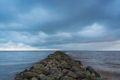 Ηλιοβασίλεμα στον κυματοθραύστη στοκ φωτογραφίες με δικαίωμα ελεύθερης χρήσης
