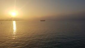 Ηλιοβασίλεμα στον κόλπο Doha στο Κατάρ στοκ φωτογραφία