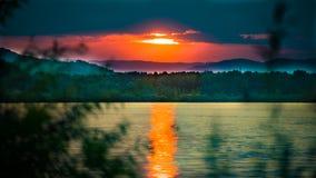 Ηλιοβασίλεμα στον ποταμό Δούναβη στοκ εικόνα