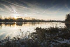 Ηλιοβασίλεμα στον ποταμό με τα cattails Στοκ φωτογραφία με δικαίωμα ελεύθερης χρήσης