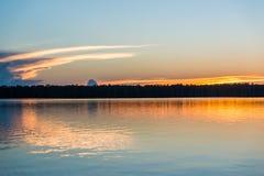 Ηλιοβασίλεμα στον ποταμό στην περουβιανή ζούγκλα του Αμαζονίου Στοκ Φωτογραφίες