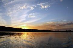 Ηλιοβασίλεμα στον ποταμό στοκ εικόνες με δικαίωμα ελεύθερης χρήσης