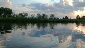 Ηλιοβασίλεμα στον ποταμό φιλμ μικρού μήκους