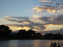 Ηλιοβασίλεμα στον τροπικό παράδεισο στο golfcourse Στοκ φωτογραφία με δικαίωμα ελεύθερης χρήσης