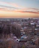 Ηλιοβασίλεμα στους λόφους στη μικρή πόλη Στοκ εικόνες με δικαίωμα ελεύθερης χρήσης