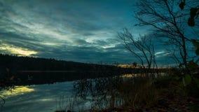 Ηλιοβασίλεμα στο δάσος επάνω από τη λίμνη απόθεμα βίντεο