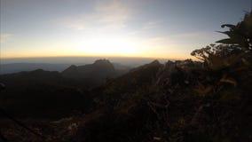 Ηλιοβασίλεμα στο βίντεο κορυφών υψώματος timelapse φιλμ μικρού μήκους