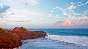 Ηλιοβασίλεμα στο βράχο θάλασσας σε αργή κίνηση απόθεμα βίντεο