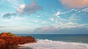 Ηλιοβασίλεμα στο βράχο θάλασσας σε αργή κίνηση φιλμ μικρού μήκους