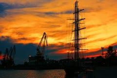 Ηλιοβασίλεμα στο εμπορικό λιμάνι της Βάρνας Στοκ Εικόνα