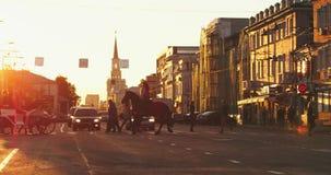 Ηλιοβασίλεμα στο κέντρο της πόλης 4K στον ΚΟΚΚΙΝΟ δράκο απόθεμα βίντεο