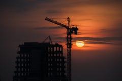 Ηλιοβασίλεμα στο κτήριο κάτω από την οικοδόμηση απεικόνιση αποθεμάτων