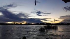 Ηλιοβασίλεμα στο νερό ποταμού μπροστινή Ζάμπια Ζαμβέζη Στοκ Φωτογραφίες