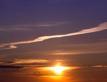 Ηλιοβασίλεμα στο νεφελώδη ουρανό Στοκ Εικόνες