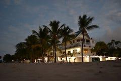 Ηλιοβασίλεμα στο ξενοδοχείο στο ωκεάνιο πάρκο Στοκ εικόνα με δικαίωμα ελεύθερης χρήσης