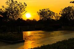 Ηλιοβασίλεμα στο πάρκο φθινοπώρου Τοπίο φθινοπώρου στοκ φωτογραφία με δικαίωμα ελεύθερης χρήσης