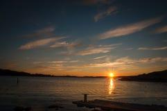 Ηλιοβασίλεμα στο δρόμο σε Marstrand στοκ εικόνες