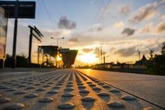 Ηλιοβασίλεμα στο σταθμός-τραίνο σιδηροδρόμου Στοκ Εικόνες