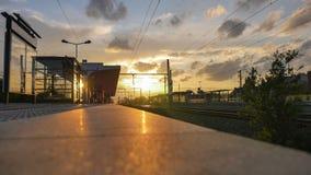 Ηλιοβασίλεμα στο σταθμός-τραίνο σιδηροδρόμου Στοκ Φωτογραφία