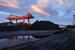 Ηλιοβασίλεμα στο τερματικό άνθρακα λιμένων του Ναντζίνγκ Στοκ Φωτογραφίες