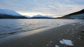 Ηλιοβασίλεμα στο τοπίο βουνών και γλυκού νερού απόθεμα βίντεο