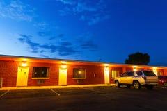 Ηλιοβασίλεμα στο τουριστικό μοτέλ Ταξίδι ΑΜΕΡΙΚΑΝΙΚΩΝ αυτοκινήτων στοκ εικόνες