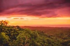 Ηλιοβασίλεμα στο τροπικό νησί, τα σύννεφα και τα θερμά χρώματα στο Μπαλί Στοκ φωτογραφία με δικαίωμα ελεύθερης χρήσης