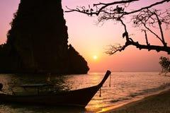 Ηλιοβασίλεμα στο τροπικό τοπίο παραλιών με την ταϊλανδική παραδοσιακή βάρκα Στοκ εικόνα με δικαίωμα ελεύθερης χρήσης