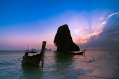 Ηλιοβασίλεμα στο τροπικό τοπίο παραλιών Ταϊλανδική παραδοσιακή μακριά ουρά β Στοκ Εικόνα