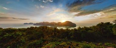 Ηλιοβασίλεμα στο τροπικό Phi Phi νησί, Ταϊλάνδη Στοκ Εικόνα