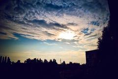 Ηλιοβασίλεμα στο υπόβαθρο του σπιτιού Στοκ φωτογραφία με δικαίωμα ελεύθερης χρήσης