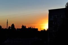 Ηλιοβασίλεμα στο υπόβαθρο του σπιτιού Στοκ Εικόνα
