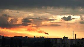Ηλιοβασίλεμα στο υπόβαθρο των εγκαταστάσεων Στοκ Εικόνα