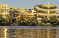 Ηλιοβασίλεμα στο Potomac κτήριο ποταμών και γουότερ γκέιτ, Ουάσιγκτον, συνεχές ρεύμα Στοκ Εικόνες