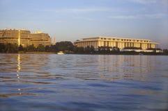 Ηλιοβασίλεμα στο Potomac ποταμό, κτήριο γουότερ γκέιτ και κέντρο Kennedy, Ουάσιγκτον, συνεχές ρεύμα Στοκ Εικόνες