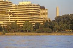 Ηλιοβασίλεμα στο Potomac ποταμό, το κτήριο γουότερ γκέιτ και το εθνικό μνημείο, Ουάσιγκτον, συνεχές ρεύμα Στοκ φωτογραφία με δικαίωμα ελεύθερης χρήσης