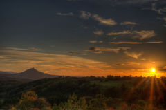 Ηλιοβασίλεμα στο swabian alb με την άποψη στο κάστρο Hohenzollern Στοκ Φωτογραφία