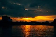 Ηλιοβασίλεμα στο Wisla ποταμό στην Κρακοβία τη νύχτα, Πολωνία Στοκ Εικόνα