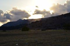 Ηλιοβασίλεμα, σύννεφα και βουνά Στοκ φωτογραφία με δικαίωμα ελεύθερης χρήσης